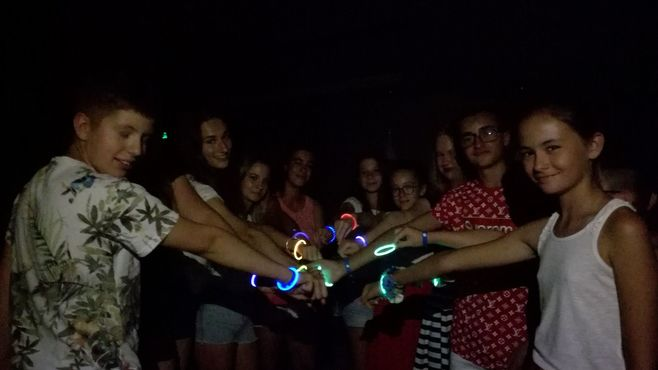 Animacie satur planet fun teenage neon party