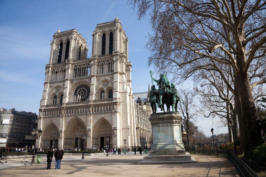 Francúzsko ponúka okrem Eiffelovej veže aj ďalšie pamiatky. K tým, ktoré určite musíte vidieť, patrí Katedrála Notre Dame.