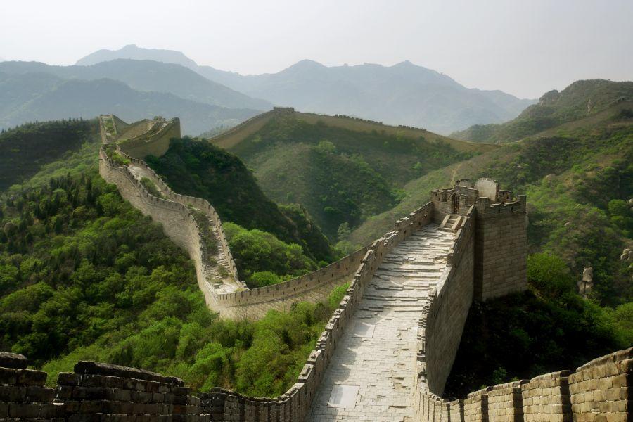 Veľký čínsky múr je jednou z najznámejších dominánt Číny.