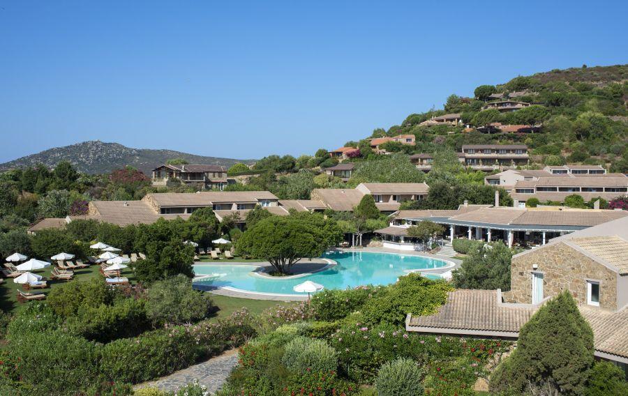 hotel chia laguna, sardinia, letna dovolenka na sardinii, letna dovolenka pri mori, satur, letna dovolenka v taliansku