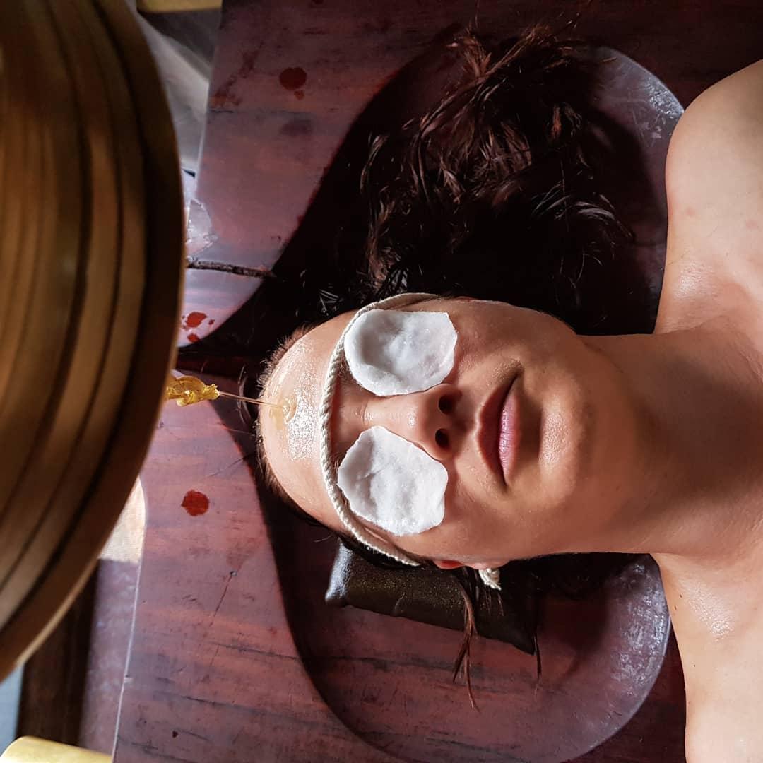 ajurvedska proceduera v hoteli travancore v indii