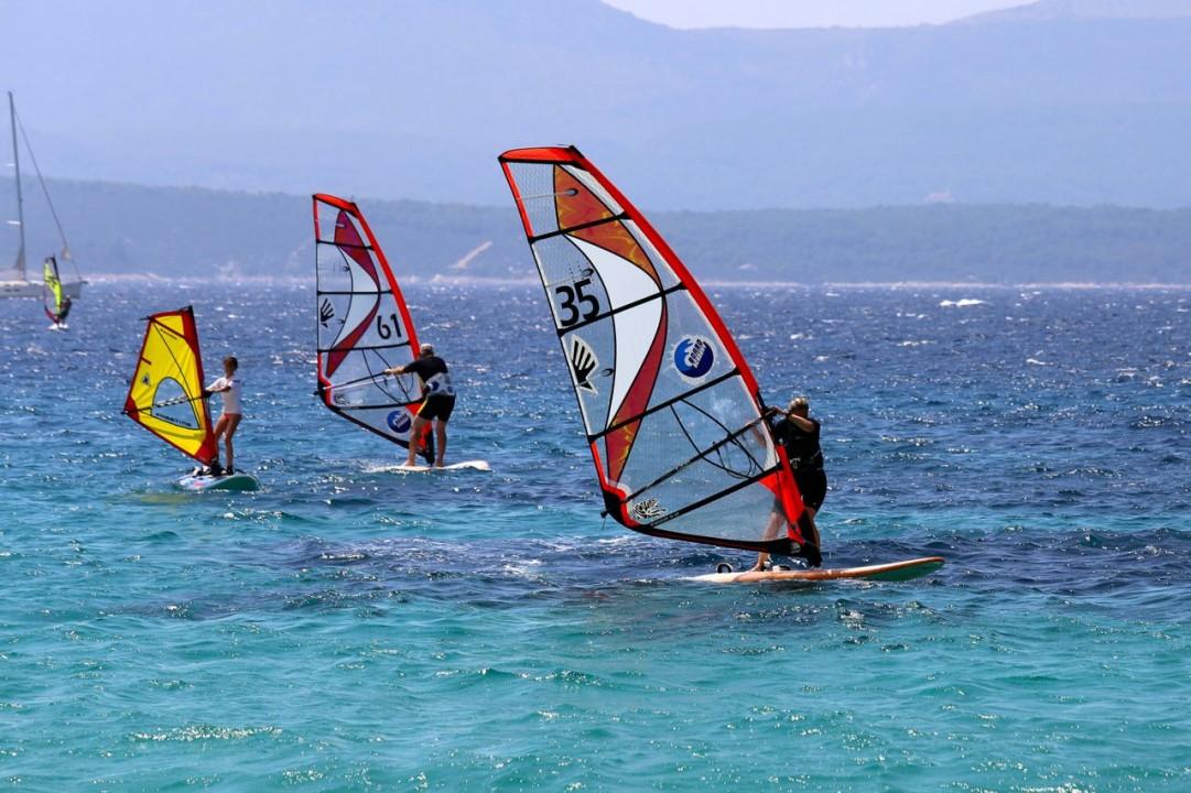 windsurferi na vlnach