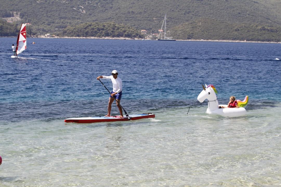 paddleboarding na plazi