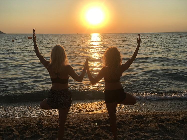 joga na plazi pri zapade slnka