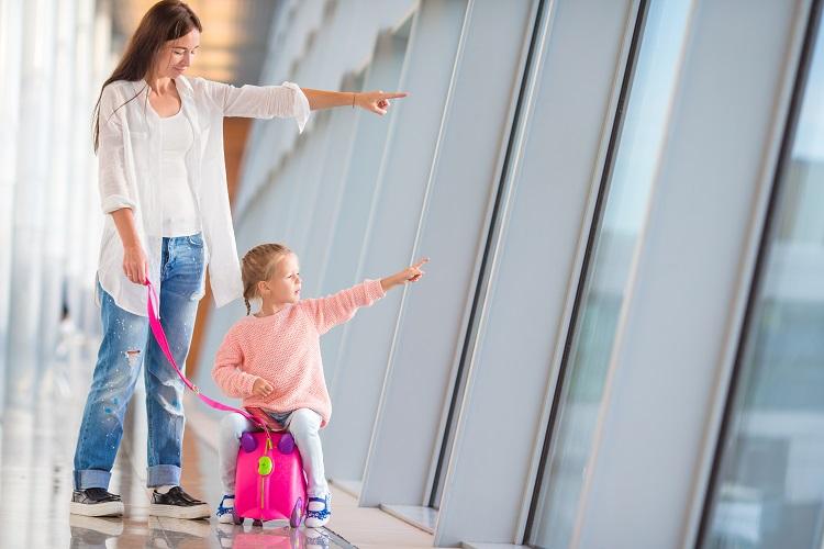 mamicka s dietatom na letisku
