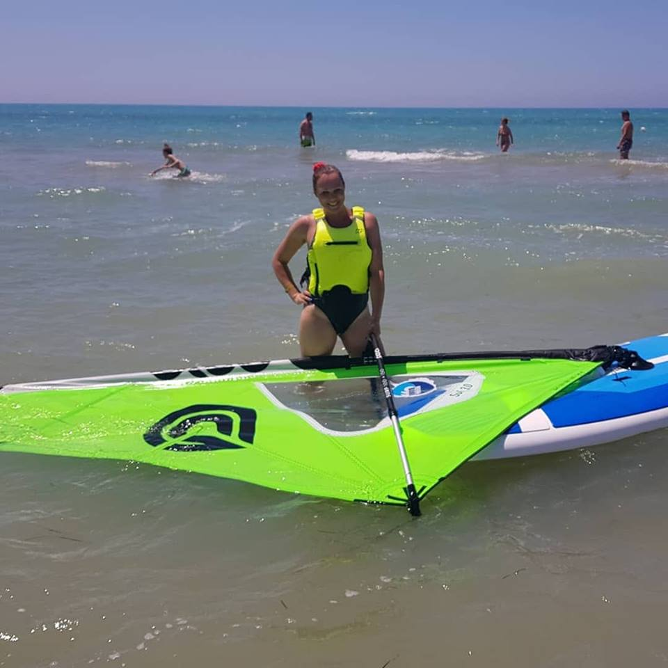adriana na windsurfe na sicilii