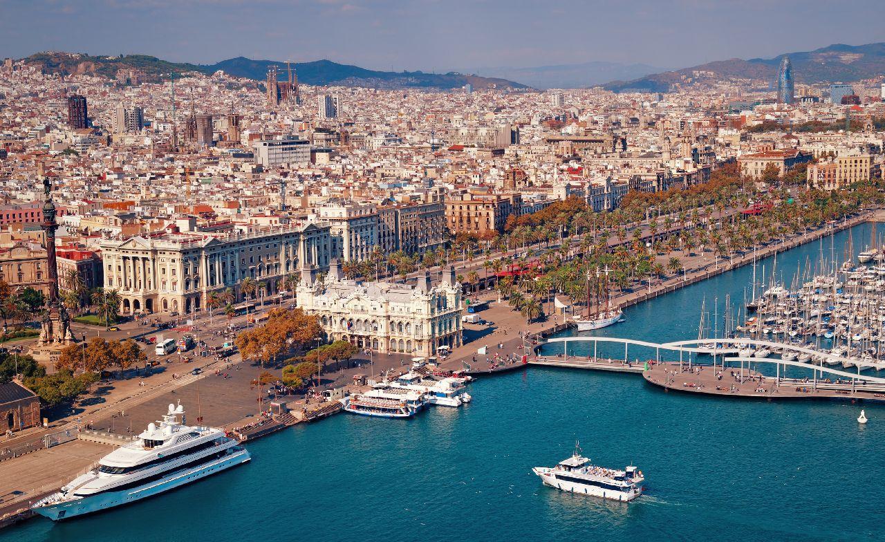 Lodny pristav v meste barcelona