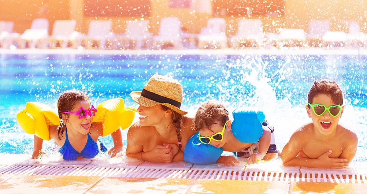 Rodina v bazene