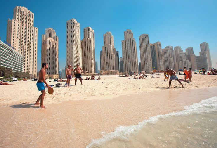 Známa pláž jumeirah beach v dubaji