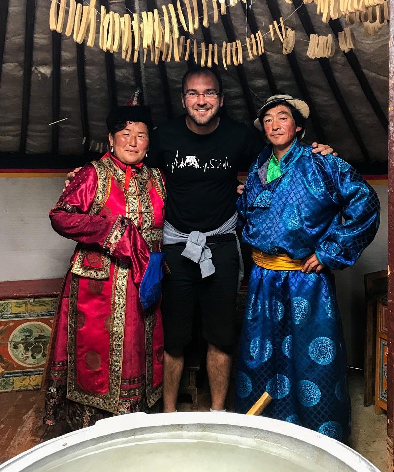 Juraj kordik s miestnymi v mongolsku