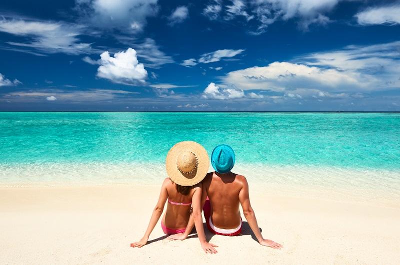 Pár na pláži na maldivy