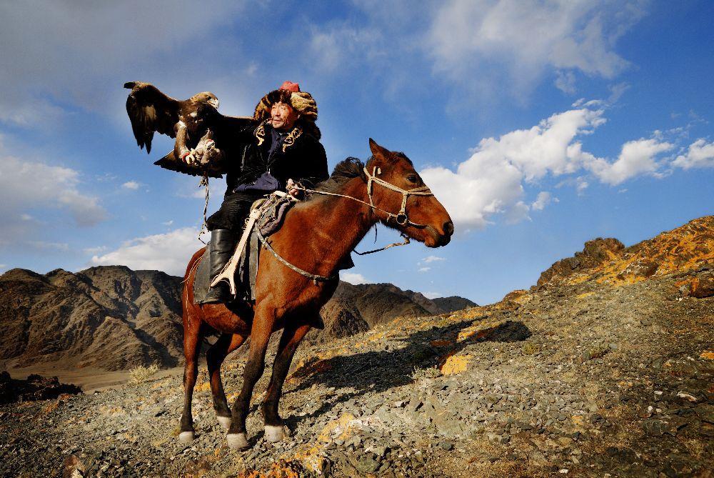Mongolský nomád na koni