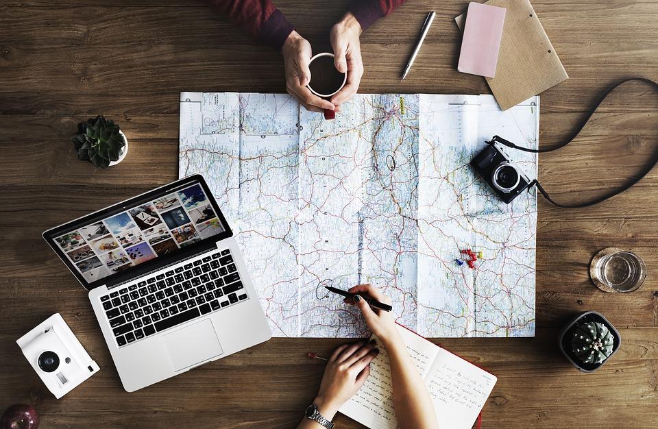 Plánovanie dovolenky na laptope