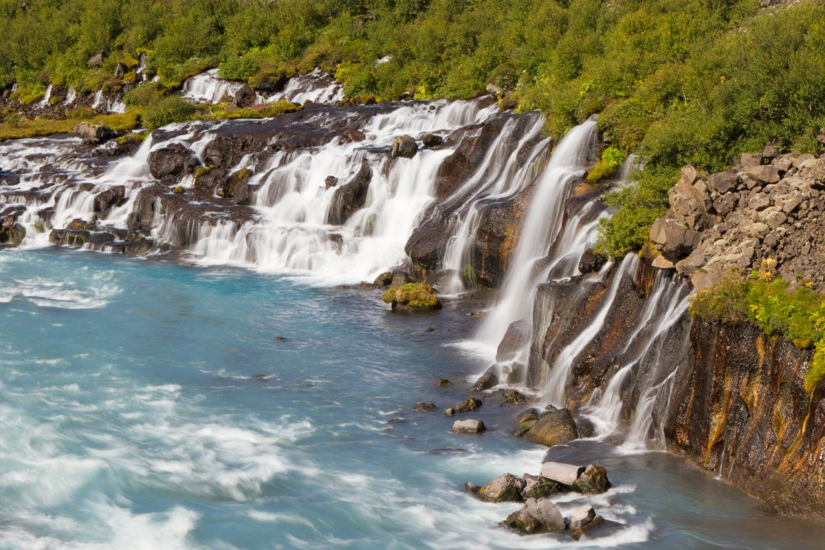 Vodopády hraunfossar na islande