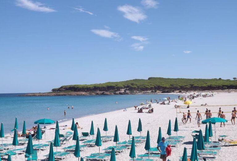 pláž pri hoteli Baia dei Pini